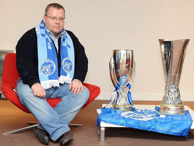 Fotbalový Superpohár (vlevo) a Pohár UEFA jsou v Praze.