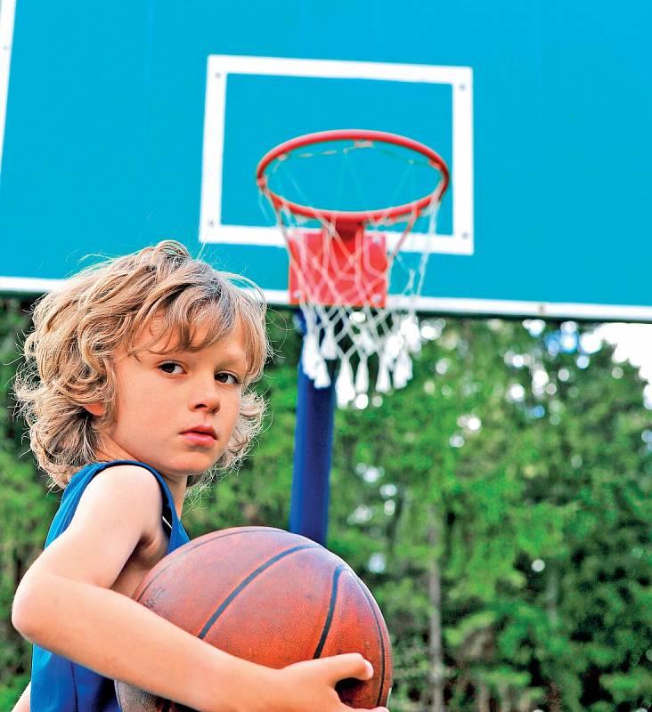 Basketbalový koš může být zábava pro celou rodinu.