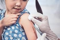 Povinné očkování rozděluje společnost. Rodiče si přitom neuvědomují, že hazardují se zdraví svých dětí.
