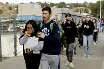 Evakuace studentů po střelbě na střední škole v americkém městě Santa Clarita