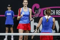 Karolína Plíšková (vlevo) a Barbora Strýcová ve čtyřhře finále Fed Cupu proti Rusku.