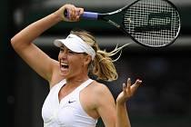 Maria Šarapovová úvodní duel na Wimbledonu po zranění ramene zvládla.