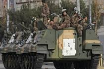 Čínští vojáci hlídají ulice Lhasy.