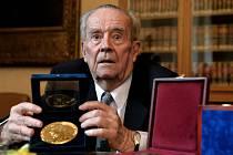 Ve věku 91 let zemřel v sobotu endokrinolog a dlouholetý prorektor Univerzity Karlovy (UK) v Praze Vratislav Schreiber.