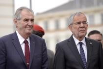 Miloše Zemana a jeho manželku přivítal rakouský prezident ve vídeňském Hofburgu s vojenskými poctami.