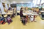 Žákyně ze Základní školy Vladislava Vančury v Praze-Zbraslavi v prázdné třídě na snímku pořízeném 10. března 2020.