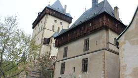 Hrad Karlštejn. Jde o národní kulturní památku, kam míří každoročně nespočetně turistů.