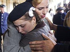 LOUČENÍ. Sabina Rojková s Agi Gubíkovou ve vypjaté scéně, která se točila na libereckém nádraží.