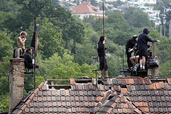 Squat Milada najatá bezpečnostní agentura začala s vyklízením. 7 nejodvážnějších se uchýlilo na střechu.