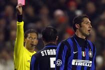 Sudí Frank De Bleeckere ukazuje Materazzimu červenou kartu, smlouvat se snaží Italův spoluhráč Stankovič.
