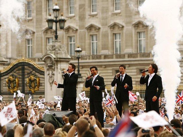 Londýn se jako první město dočká olympijského svátku potřetí. Na snímku slavnost před Buckinghamským palácem.
