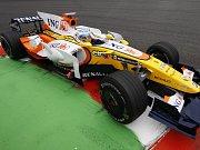 Lewis Hamilton se raduje ze zisku titulu mistra světa formule jedna.