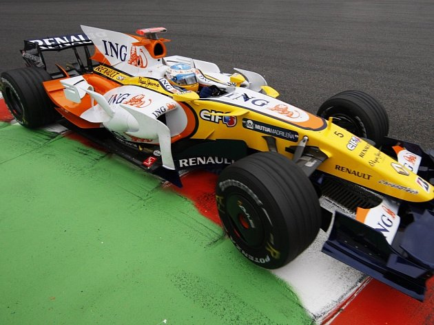 Fernando Alonso v kokpitu Renaultu.