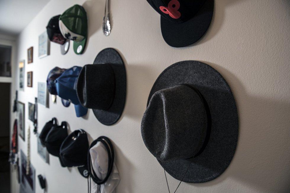 Chodba z ložnice, kde na cestě do světa nabere Yemi čepice, náramek a další zbytečnosti.
