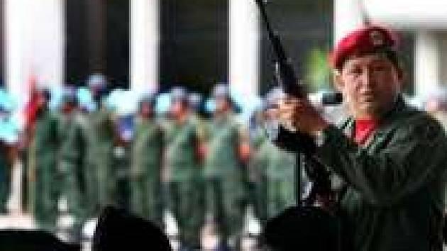 Venezuelský vůdce Hugo Chávez se rád fotí ve zbroji.