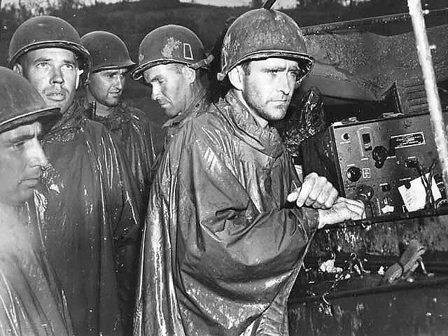 Američtí vojáci na Okinawě se v květnu dozvídají o ukončení bojů v Evropě
