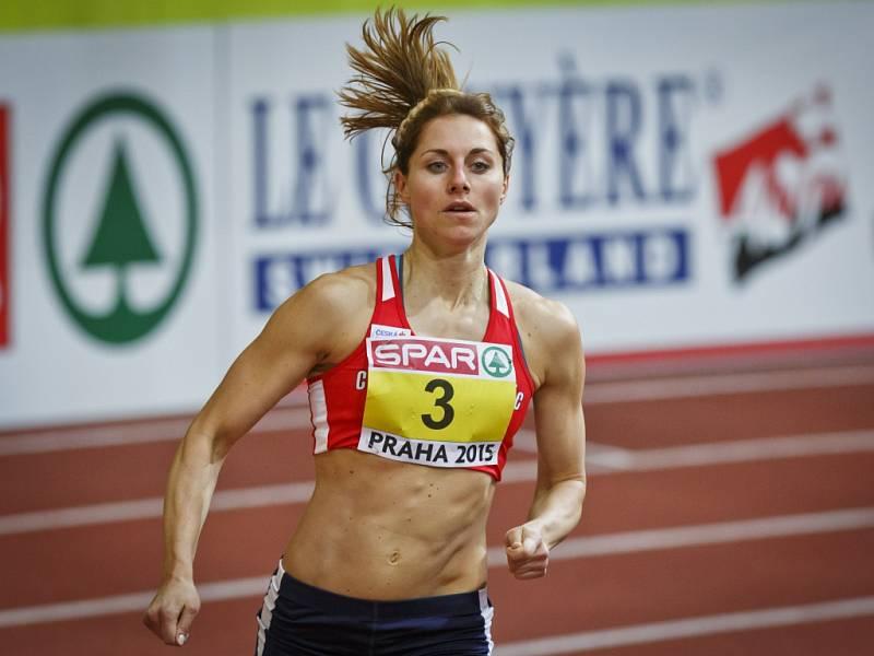 Vícebojařka Eliška Klučinová si běží na halovém ME pro bronz.