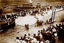 ZÁCHRANNÁ AKCE. Navzdory zásahu profesionálů i dobrovolníků  po převrácení výletní lodi se nepodařilo zabránit tragédii.