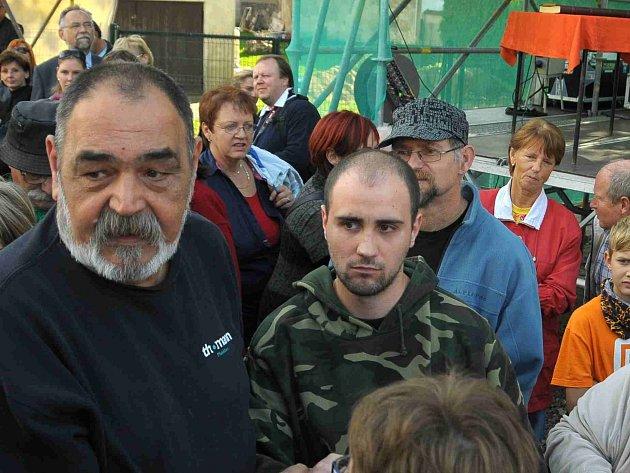 Útočník Vondrouš (uprostřed v maskované bundě) krátce poté, co střílel. Zadrželi jej lidé v davu.