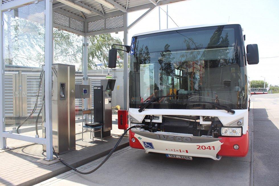 Místo benzinu proudí do jednoho z flotily autobusů brněnského dopravního podniku stlačený zemní plyn.