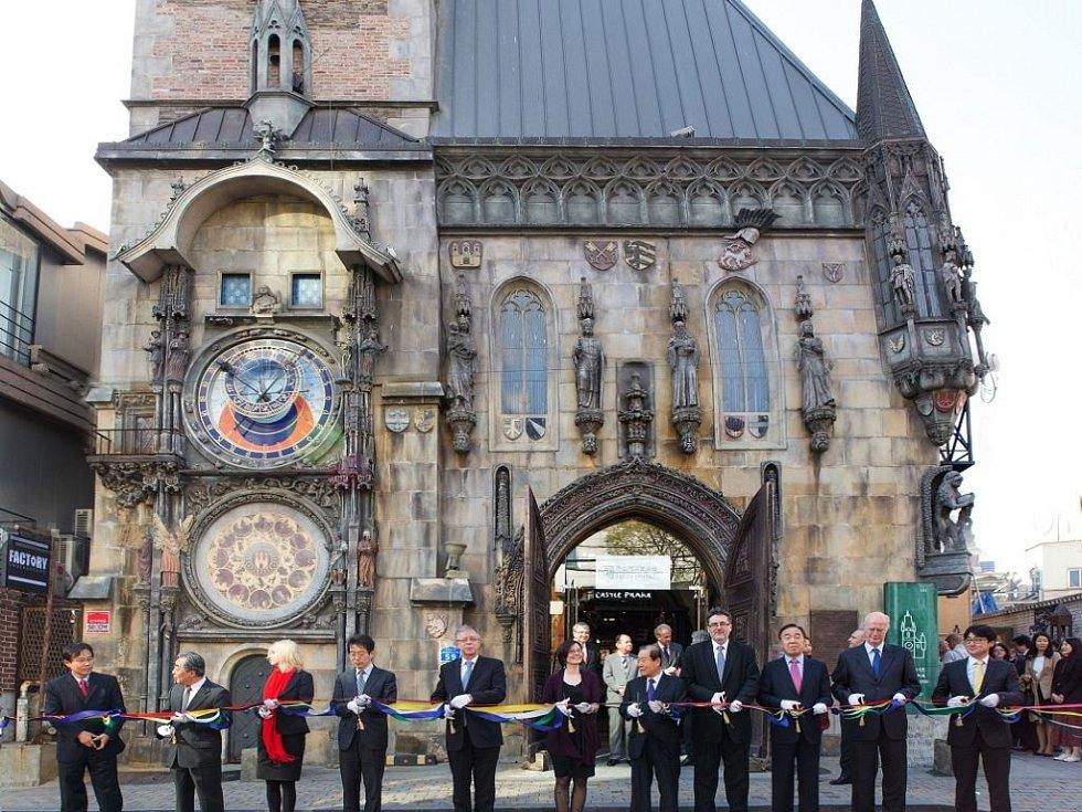 České centrum Soul působí v atraktivní budově Castle Praha, zmenšené replice Staroměstské radnice.