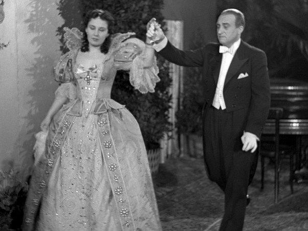 """Lída Baarová a Oldřich Nový - v kostýmech filmu """"Dívka v modrém"""" - zkouška před filmovým plesem."""