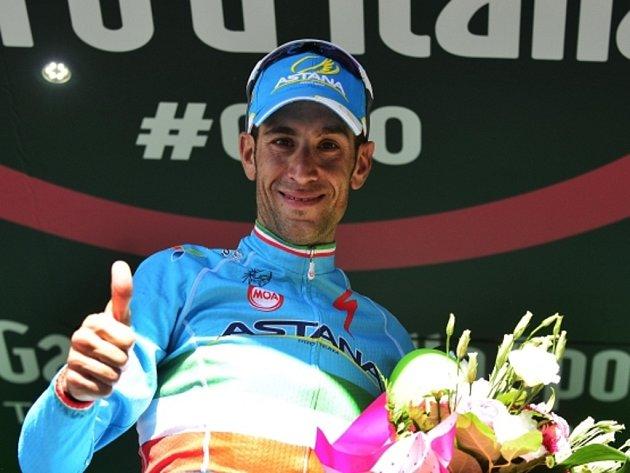 Vincenzo Nibali se raduje z etapového vítězství na Giro d'Italia.