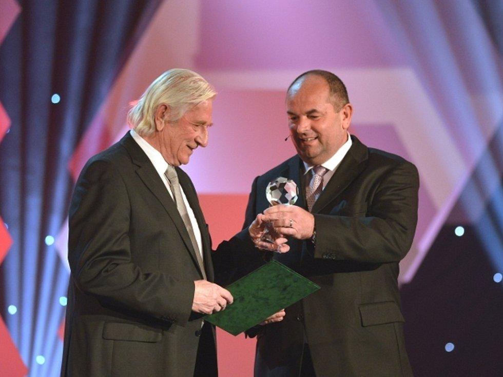 Bývalý trenér české fotbalové reprezentace Karel Brückner (vlevo) byl uveden do Síně slávy.