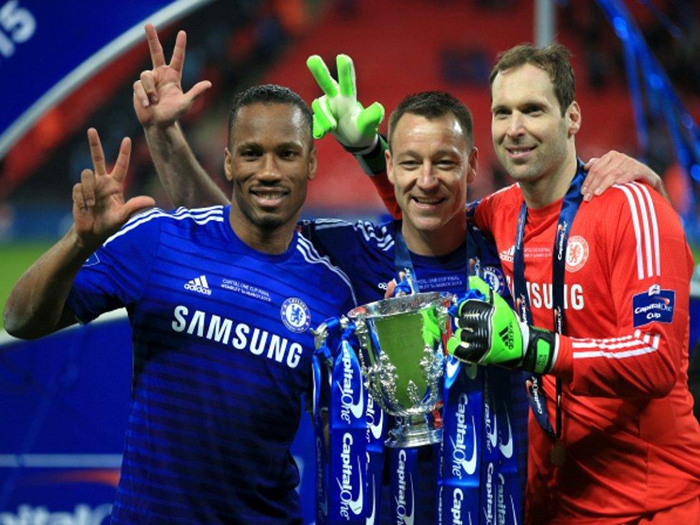 Petr Čech (vlevo), John Terry (uprostřed) a Didier Drogba jsou jedinými fotbalisty Chelsea, kteří vyhráli s londýnským klubem třikrát Ligový pohár.