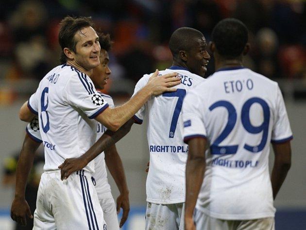 Fotbalisté Chelsea (zleva) Frank Lampard, Ramires a Samuel Eto'o se radují z gólu proti celku Steaua Bukurešť.