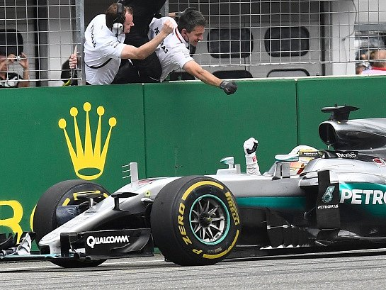 Lewis Hamilton slaví vítězství ve Velké ceně Německa.