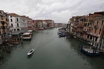 Pohled na kanál v italských Benátkách na snímku z 13. května 2020