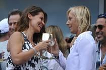 Tenisová legenda Martina Navrátilová (vpravo) požádala na US Open svou přítelkyni Julii Lemigovovou o ruku. Řekla ano.