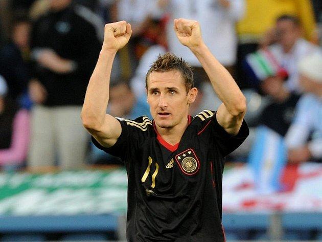 Hvězdný Miroslav Klose potopil dvěma góly ve čtvrtfinále MS Argentinu.