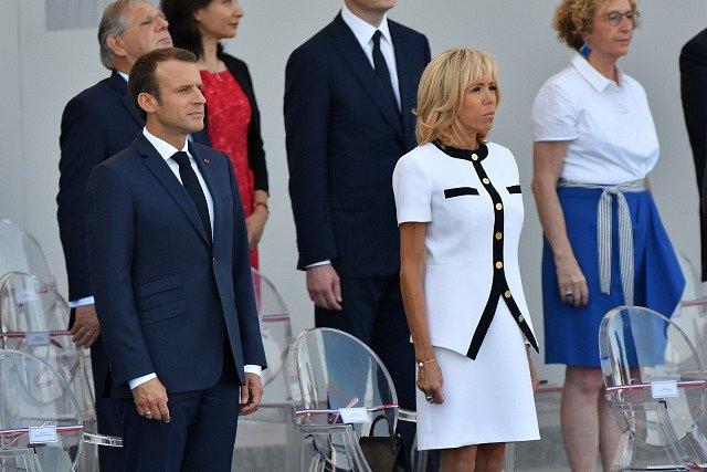 Francouzský prezident Emmanuel Macron s manželkou přihlíží slavnostní přehlídce u příležitosti Dne Bastily.