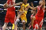 Klenot Los Angeles Lakers Kobe Bryant (uprostřed) hravě překonává hráče Houstonu Yao Minga (vlevo) a Shanea Battiera.