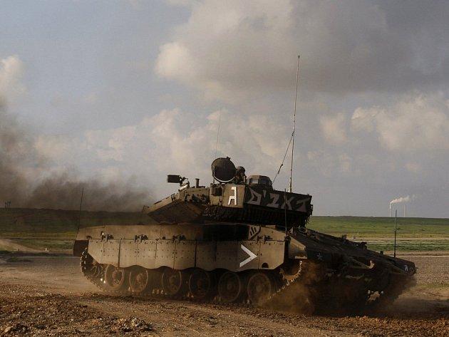 Izraelský tank před Kfar Aza u pásma Gazy.