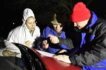 Veterináři za asistence hasičů začali 4. ledna večer likvidovat drůbež nakaženou ptačí chřipkou z chovu v Moravském Krumlově na Znojemsku. Uprostřed je majitel chovu Pavel Kocanda, vpravo Vít Čtvrtníček ze Státní veterinární správy, vlevo dcera majitele.