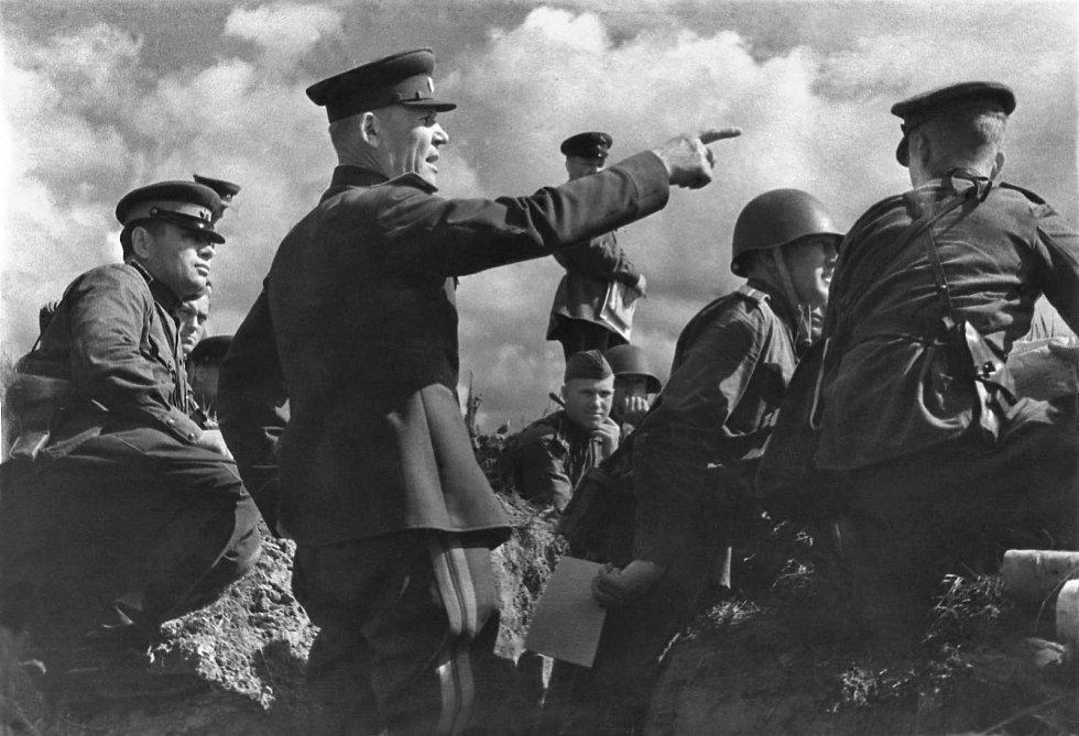 Ivan Koněv v hodnosti generálplukovníka a ve funkci velitele Stepního frontu velí Bělgorodsko-charkovské operaci