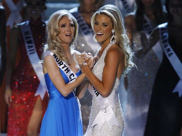 Vítezná Miss USA Kirsten Daltonová (vlevo) a vicemiss Carrie Prejeanová.