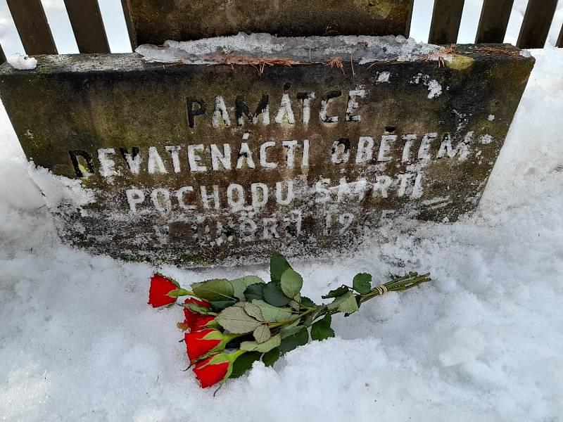 Nápis na pomníku pochodu smrti za Kocbeřemi