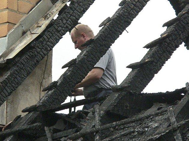 Majitele domu na Vitějovicku nejprve přepadli, následně už se k domu sjížděli hasiči a likvidovali požár. Včera na místo nastoupil technik.