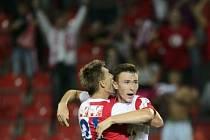 Slavia - Baník: Střelec gólu Jaromír Zmrhal (vpravo) přijímá gratulaci od spoluhráče Milana Škody