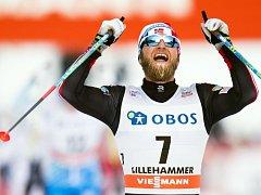 Martin Johnsrud se raduje z triumfu ve stíhacím závodě v Lillehammeru.