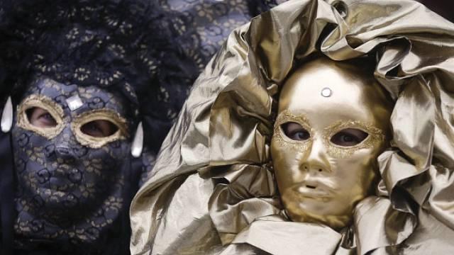 Na Benátský karneval je určitě lepší vyrazit beze zbraní