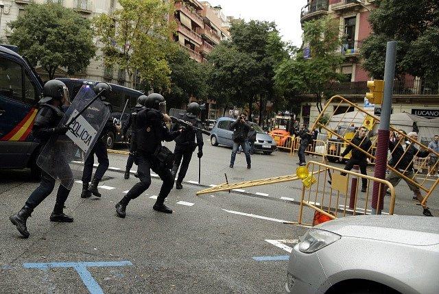 Potyčky mezi policií a obránci protiústavního referenda o odtržení Katalánska