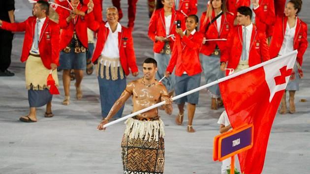 Pita Taufatofua, vlajkonoš výpravy souostroví Tonga