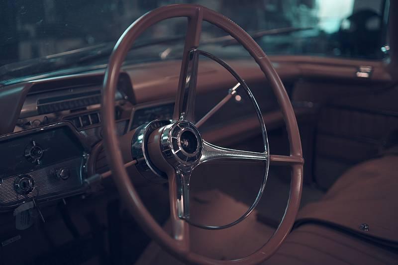 Darek Haumer je nadšenec do amerických klasických aut. Veterány značek Lincoln Continental, cadillaky a další renovuje v Pohořelicích na Brněnsku.