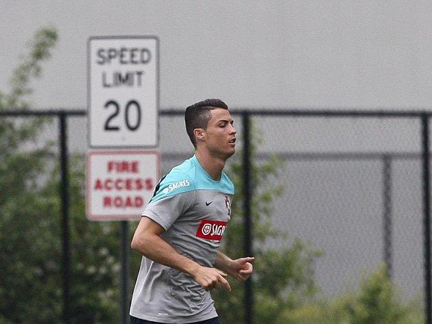 Portugalský útočník Cristiano Ronaldo zatím před fotbalovým MS trénuje individuálně.