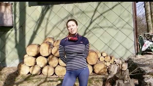 Trénuj s hvězdami v Deníku. Eva Samková se staví na hlavu.